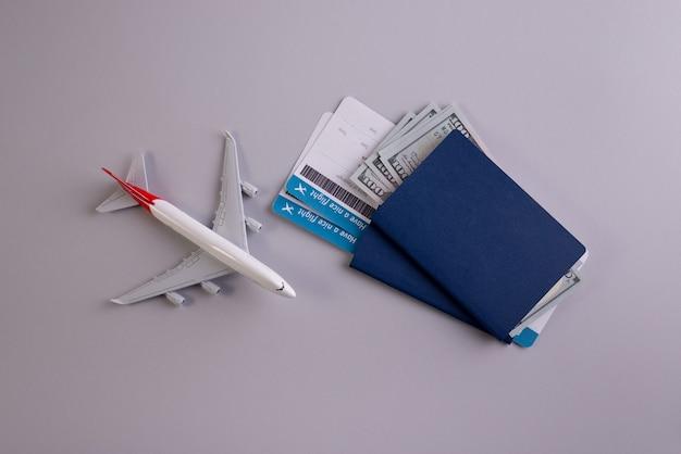 Reisezubehör, dokumente, dollar und pässe, bordkarten.