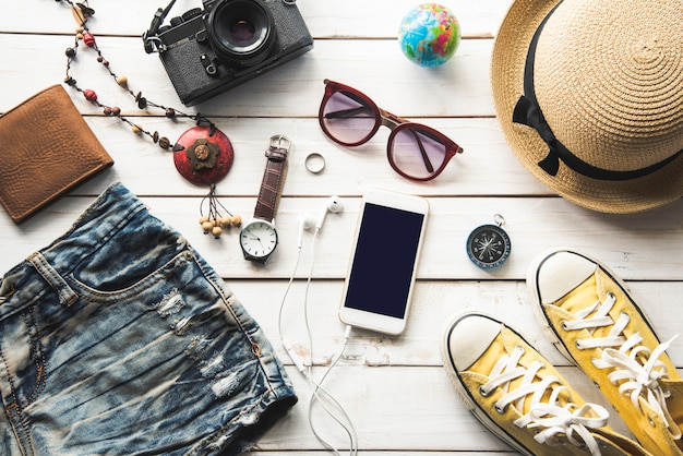 Reisezubehör kostüme. pässe, gepäck, die kosten für reisekarten, die für die reise vorbereitet wurden, auf weißem holzboden