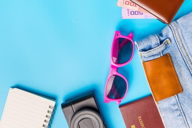 Reisezubehör kostümiert konzept für sommerferienreise