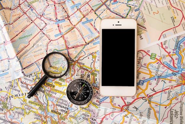 Reisezubehör mit kartenhintergrund