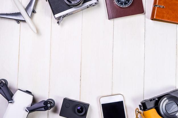 Reisezubehör und -geräte mit weißem hölzernem kopienraum in der mitte
