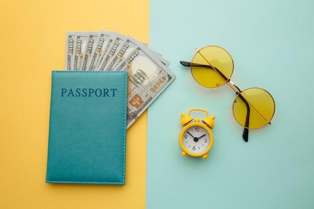 Reisezubehör und reisepass mit banknoten