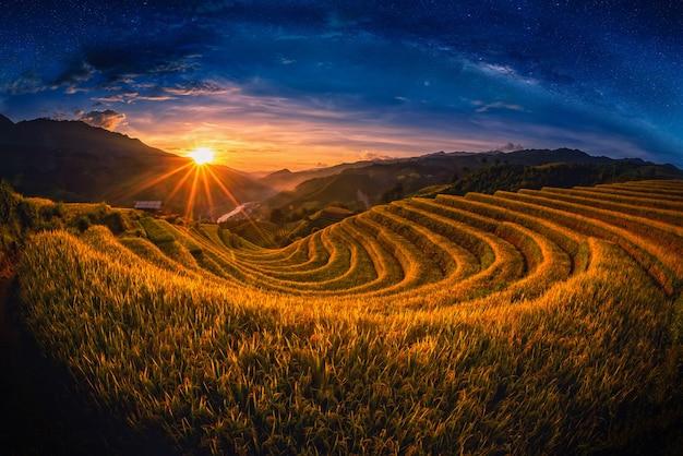 Reisfelder auf terassenförmig angelegt mit milchstraße bei sonnenuntergang in mu cang chai, yenbai, vietnam