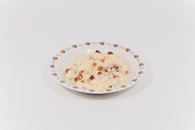 Reisgericht mit gerösteten mandeln und getrockneten rosinen