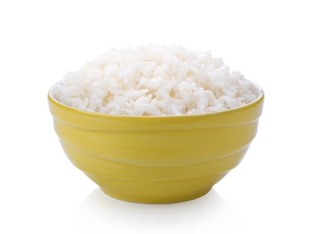 Reiskocher in einer schüssel auf weißem hintergrund