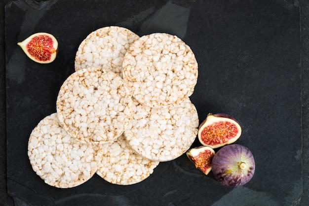 Reiskuchen, feigen und ricotta-käse sind bereit für den gesunden sn
