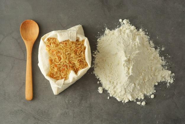 Reismehl und reis über glutenfreiem mehl.