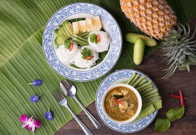 Reisnudeln mit krabbencurry und phuket-art. traditionelles südliches thailand-lebensmittel würzig.