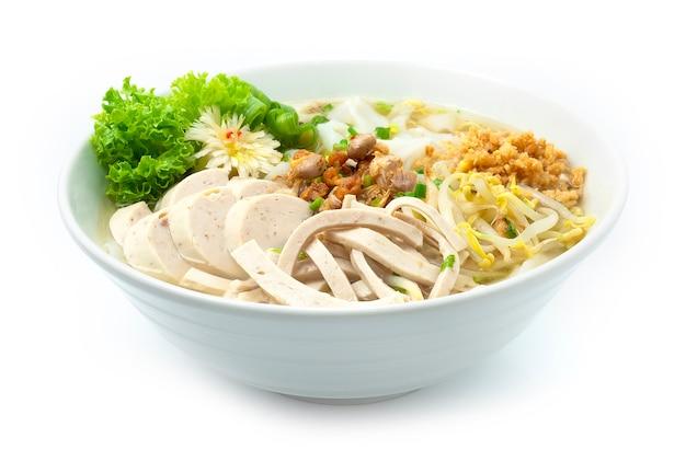 Reisnudeln mit vietnamesischer schweinefleischsauce pho mit knusprigen knoblauch-frühlingszwiebeln und erdnüssen bestreuen