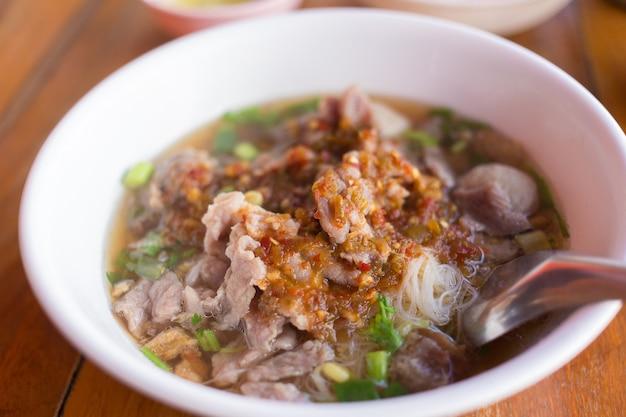 Reisnudeln reisnudeln mit schweinefleischsuppe enthält mit hackfleischbällchen und eingelegtem chili gegossen