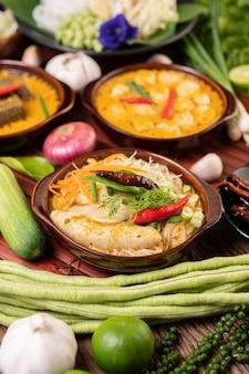 Reisnudeln, rotes curry mit fleischbällchen, mit getrockneten chilis, basilikum, gurke und langen bohnen