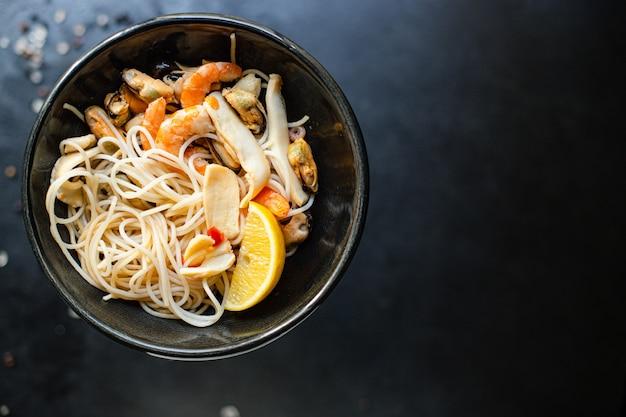 Reisnudeln zellophan nudeln meeresfrüchte garnelen muscheln tintenfisch gesunde mahlzeit