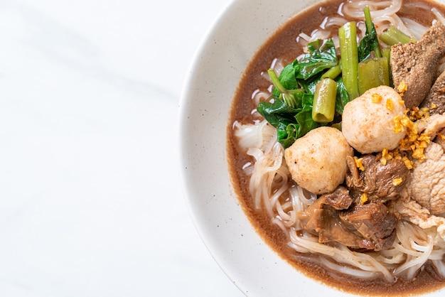 Reisnudelsuppe mit gedünstetem schweinefleisch nach asiatischer art