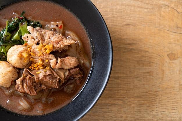 Reisnudelsuppe mit gedünstetem schweinefleisch