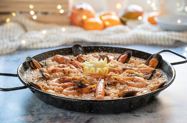 Reispaella mit garnelen, muscheln, muscheln, tintenfisch