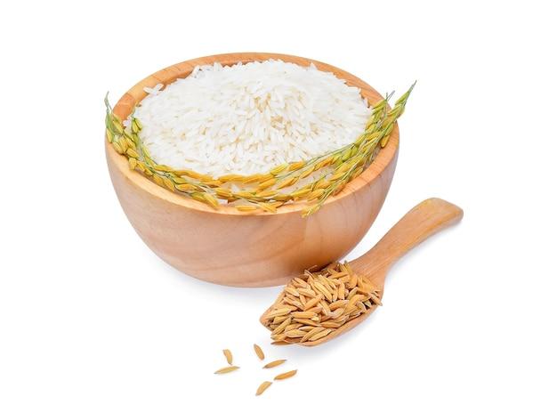 Reispflanzen mit weißem reis und ungemahlenem reis lokalisiert auf weißem hintergrund