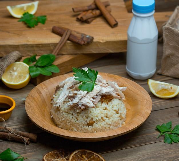 Reisplov, salat mit kräutern und hähnchenfiletstücke auf der oberseite