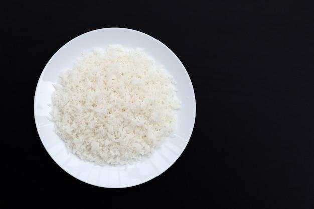 Reisschale auf dunklem hintergrund.