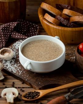 Reissuppe in einer schüssel