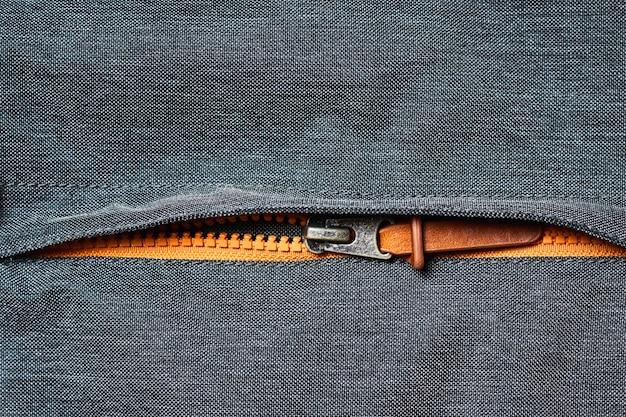 Reißverschluss an einer jackentasche öffnen
