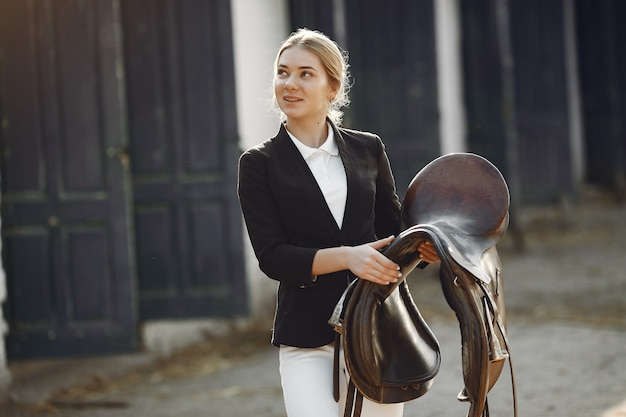 Reiter in einer sportuniform auf einer rancho