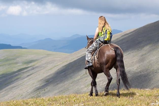 Reiter mit rucksack zu pferd