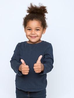Reizend afroamerikanerkind im grauen t-shirt