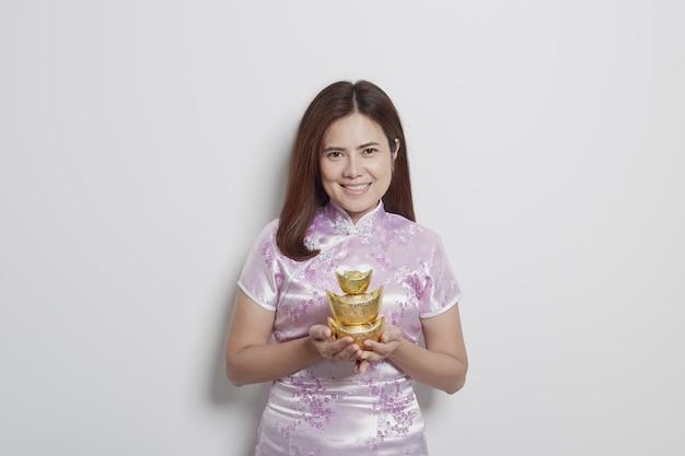 Reizend asiatische frau in den kleidern des traditionellen chinesen