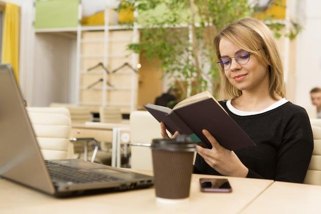 Reizend junge geschäftsfrau, die im büro arbeitet