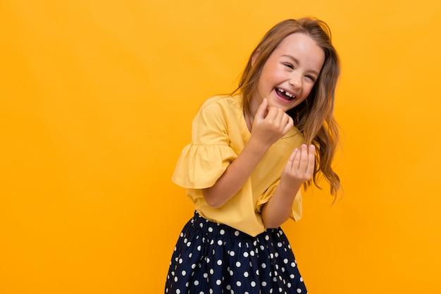Reizend mädchenkind lacht auf einer orange