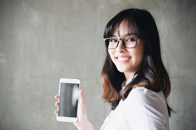 Reizende asiatische junge dame portriat - glückliches frauenlebensstilkonzept