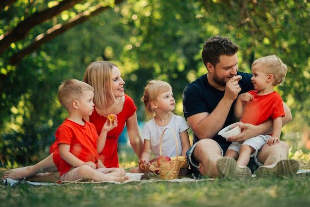 Reizende familie, die im park spielt