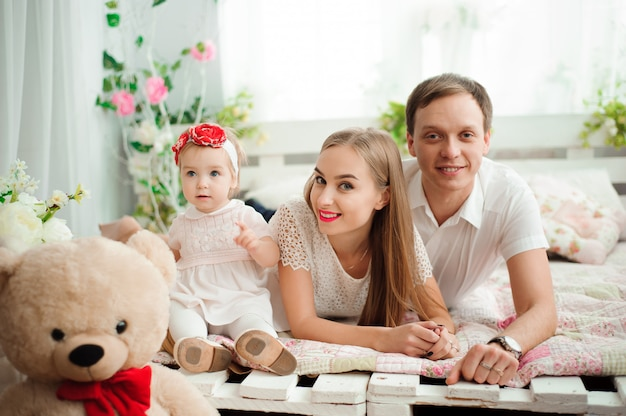 Reizende familie, die lächelt und lacht und an der kamera aufwirft