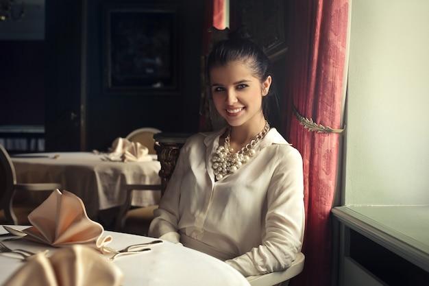 Reizende frauen, die in einem restaurant lächeln
