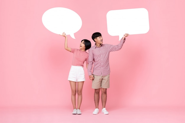 Reizende junge asiatische paare mit spracheblasen