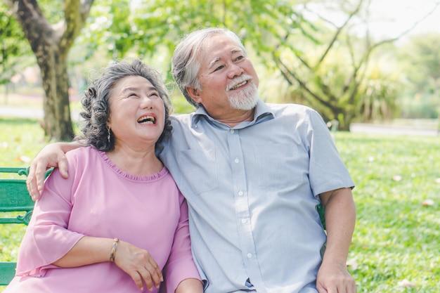 Reizende seniorpaare, die zusammen umfassen