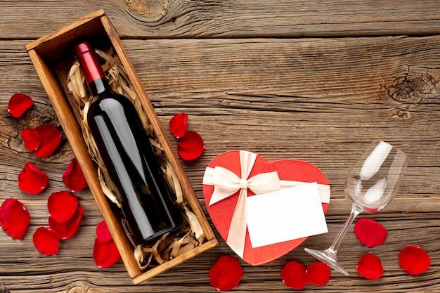 Reizende zusammenstellung der draufsicht für valentinstagabendessen