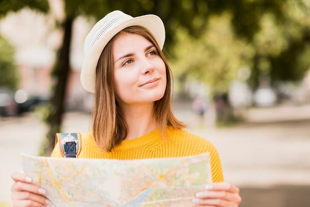 Reizender alleinreisender, der karte hält