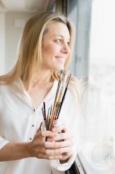 Reizender kunstaufbau mit glücklichem weiblichem modell