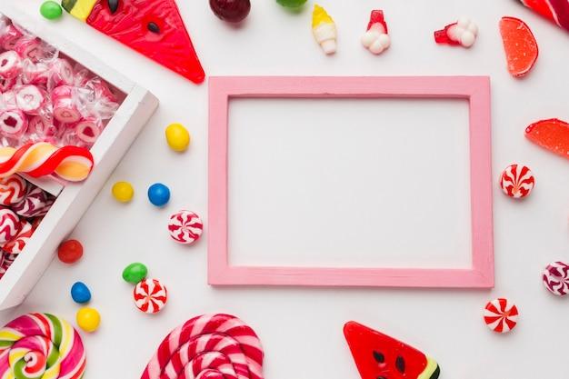 Reizender rahmen mit kopienraum und -süßigkeiten
