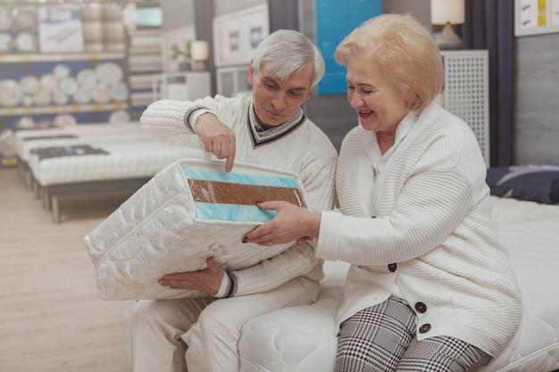 Reizendes älteres paareinkaufen am möbelgeschäft