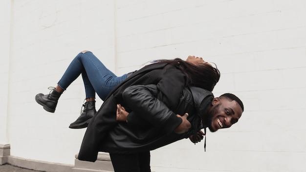 Reizendes afroamerikanisches paar, das spielerisch ist