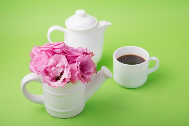 Reizendes blumenkonzept mit kaffeetasse