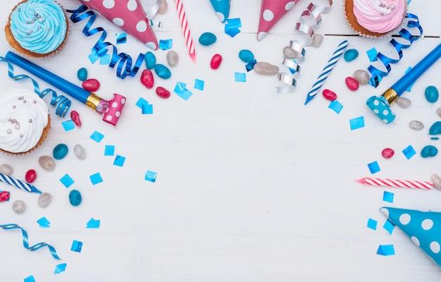 Reizendes geburtstagskonzept mit bunten partyelementen