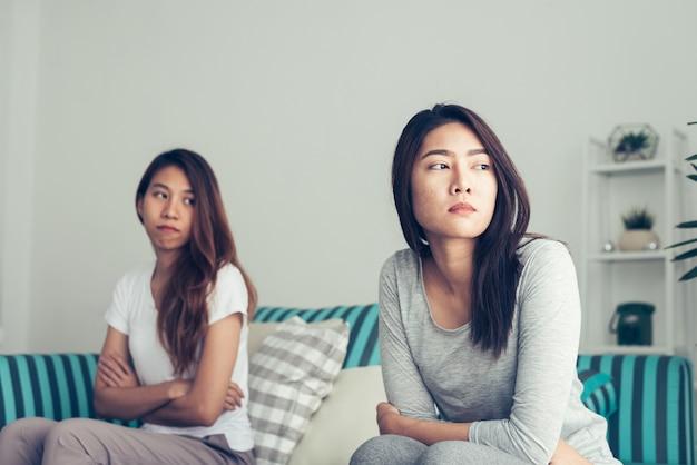 Reizendes lesbisches paar zusammen konzept. paare von den jungen frauen, die auf sofa mit glücksmoment liegen.