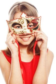 Reizendes mädchen, das eine rote maske trägt