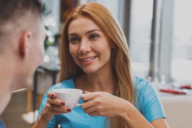 Reizendes paar, das zusammen frühstück im restaurant genießt