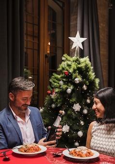 Reizendes paar, das zusammen weihnachten feiert