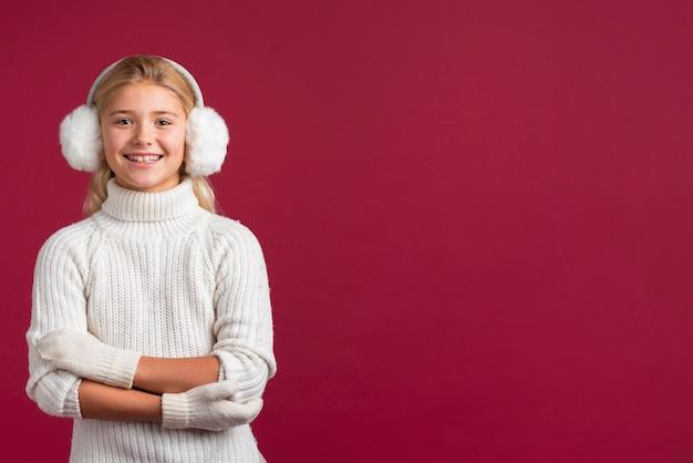 Reizendes weihnachtsmädchen mit exemplarplatz