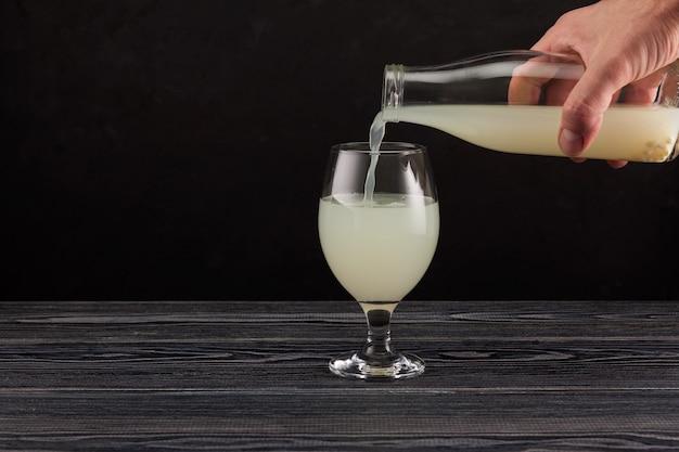 Rejuvelac - gesundes fermentiertes getränk. natürliches probiotikum, hergestellt durch einweichen von getreide in wasser.